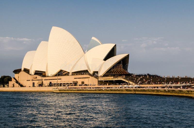 Sydney operahus i ljusa solnedgångljus arkivbilder