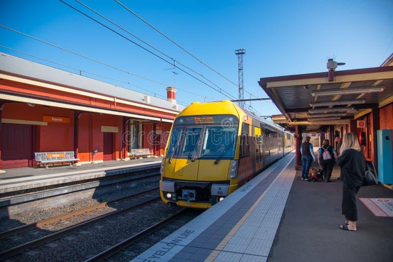 Sydney pociąg jest podmiejskim pasażerskim siecią kolejową słuzyć miasto Sydney w partfrom przy Penrith stacją kolejową fotografia royalty free
