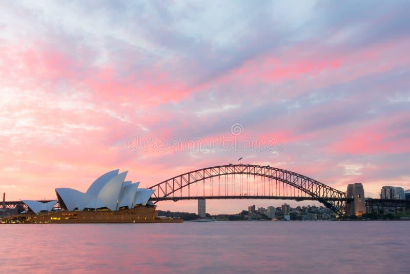 Sydney schronienia i opery most przy zmierzchem obrazy stock