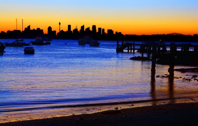 Sydney Silhouette från den Gibsons stranden Vaucluse arkivbild