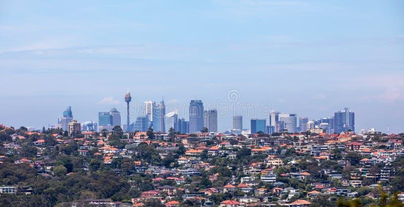 Sydney Skyline con las casas en el primero plano imagen de archivo libre de regalías