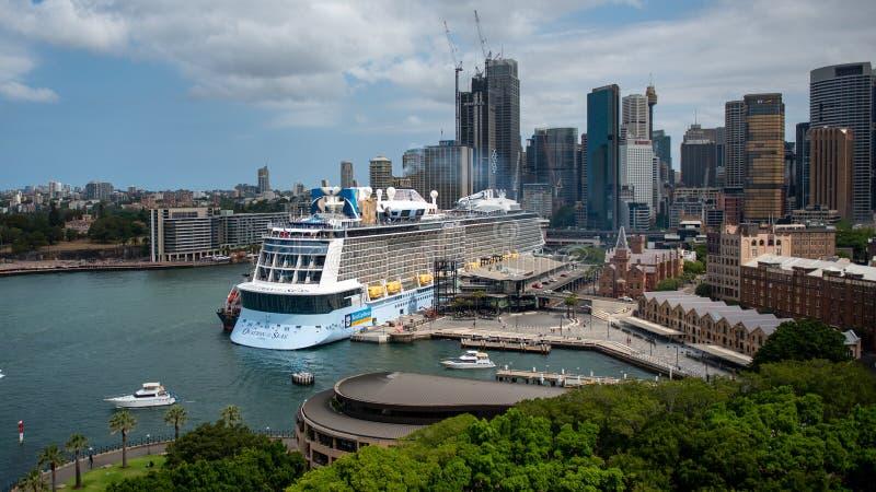 Sydney Skyline and cruise ship, december 2019 royalty-vrije stock fotografie