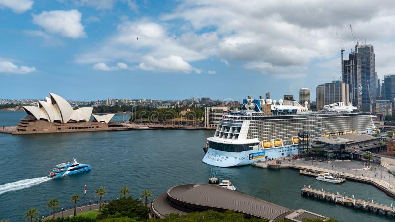 Sydney Skyline and cruise ship, december 2019 royalty-vrije stock foto's