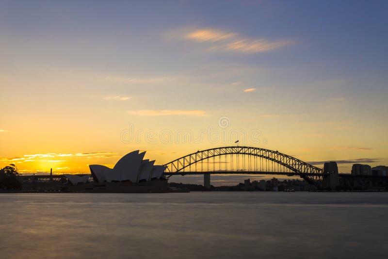 Sydney-Skyline mit der Hafenbrücke, die Süd- Sydney-Stadt und Nord-Sydney-Stadt und -Opernhaus verbindet stockfoto