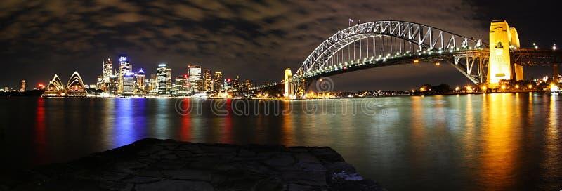 Sydney-Skyline-Panorama nachts lizenzfreie stockfotografie