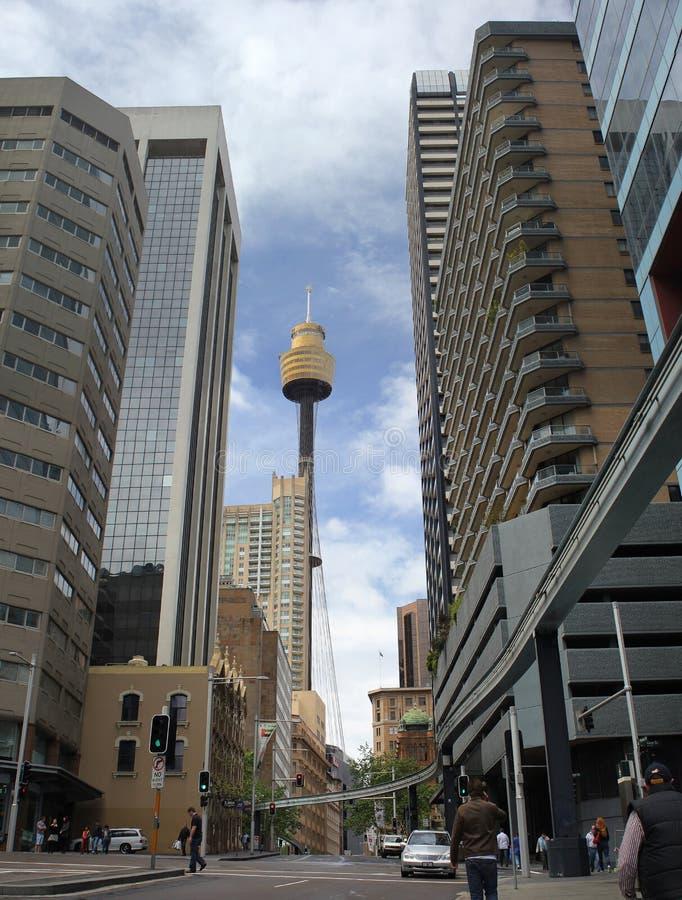 Sydney-Stadtzentrum: Himmelkontrollturmansicht lizenzfreie abbildung