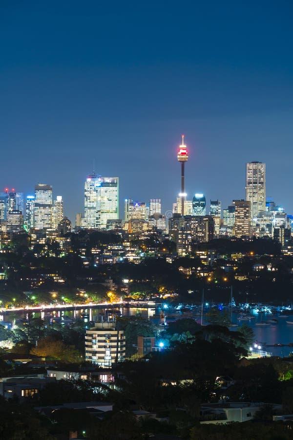 Sydney Tower und Skyline nachts stockfotos