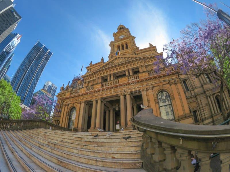 Sydney Town Hall is een recent die - Th 19 - eeuwgebouw in de stad, op George Street, het beeld door lens van de fisheye de brede stock afbeeldingen