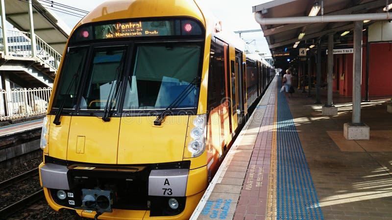 Sydney Train - esperar a los pasajeros fotos de archivo libres de regalías
