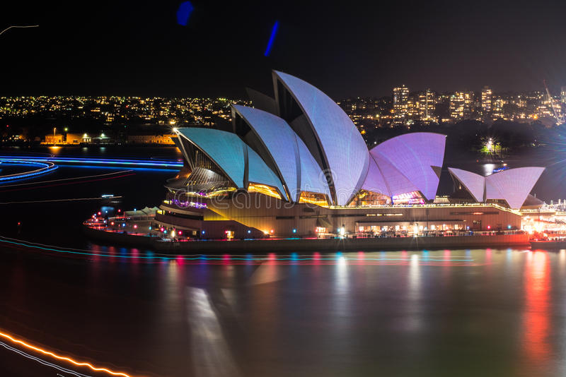 Sydney vívido 2015: as velas de Sydney Opera House leves imagem de stock