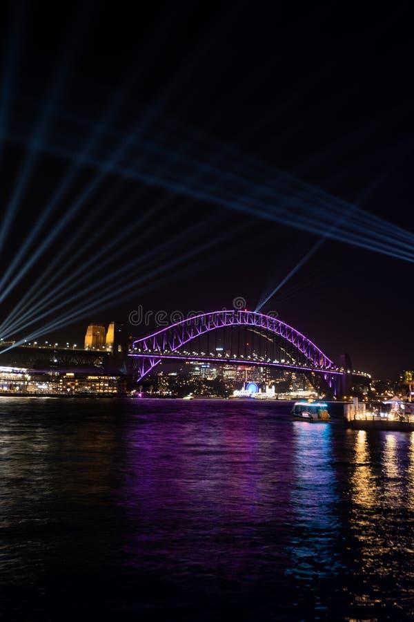 Sydney vívido 2018 - Sydney Harbour Bridge que é ilumina-se acima com ` da cotovia do ` na noite da inauguração do acontecimento  imagens de stock royalty free