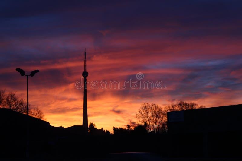Sygnałowy wierza przy słońce setem lub słońce wzrostem zdjęcie royalty free