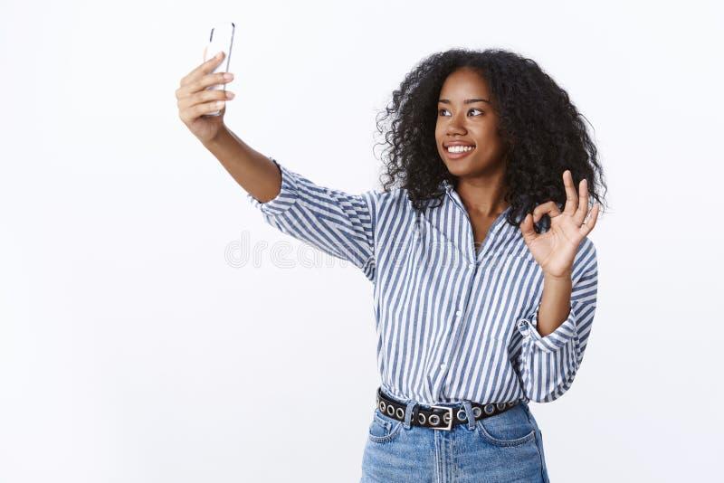 Sygnałowy zadowalający obrazek wspaniały Atrakcyjnej towarzyskiej przyglądającej nowożytnej millennial ciemnoskórej dziewczyny wi zdjęcie stock
