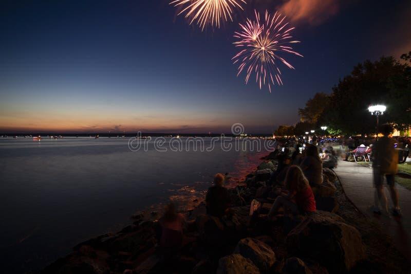 SYLVAN BEACH, NEW YORK - 3. JULI 2019: Feuerwerke und Feierlichkeiten der Unabhängigkeit am Sylvan Strand des Oneida Sees in Upst lizenzfreie stockfotografie