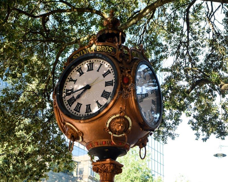Sylvan Bros Vintage Clock na frente da ourivesaria imagens de stock