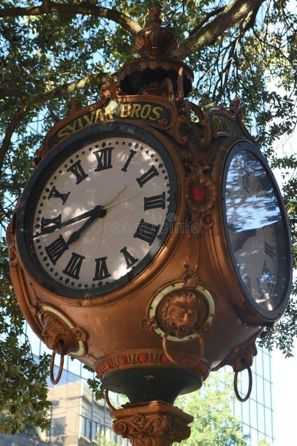 Sylvan Bros Vintage Clock na frente da ourivesaria imagens de stock royalty free