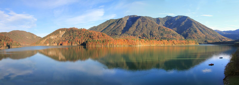 Sylvenstein do lago artificial no outono imagens de stock royalty free