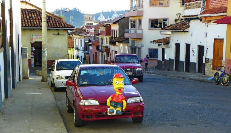 Sylvesterabende und traditionelle Dekoration von Autos mit Monigotes oder Papier-Mache Cuenca, Ecuador lizenzfreie stockfotos
