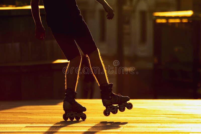 Sylwetek pary nogi na rolkowych ?y?wach Sporty i czas wolny obraz royalty free