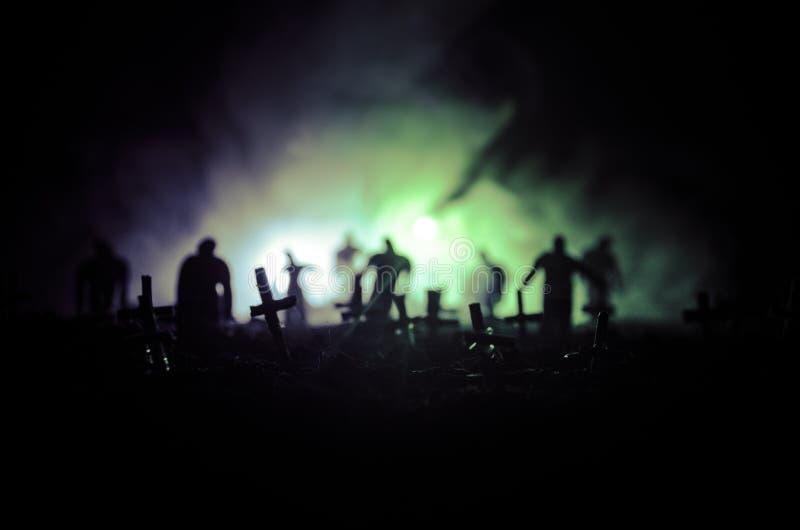 Sylwetka żywi trupy chodzi nad cmentarzem w nocy Horroru Halloweenowy pojęcie grupa żywi trupy przy nocą obraz royalty free