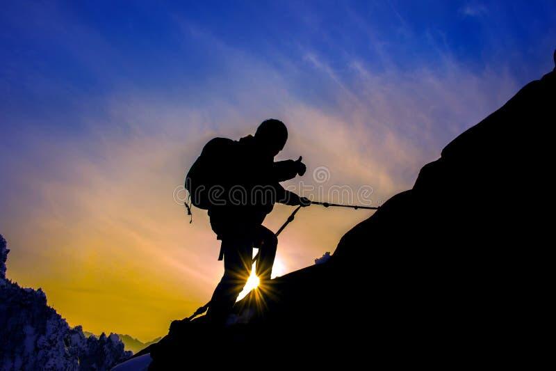 Sylwetka alpinista i zmierzch zdjęcie stock