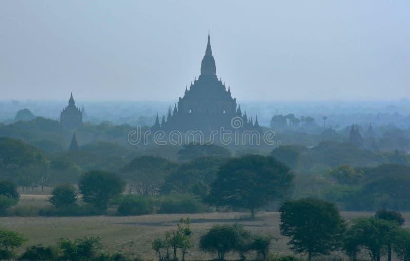 Sylwetka Ananda świątynia w ranek mgle Bagan, Myanmar obrazy royalty free