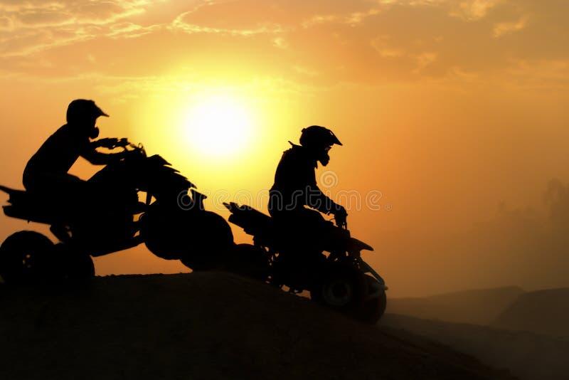 Sylwetka ATV lub kwadratów rowerów skok zdjęcie stock