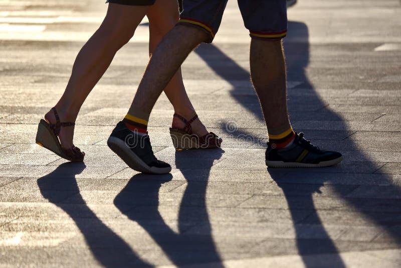 Sylwetka biega dwa pary nogi w backlight świetle słonecznym obraz stock