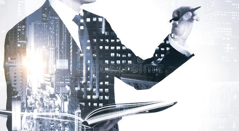 Sylwetka biznesmena pracujÄ…cego z panelem zdjęcia stock