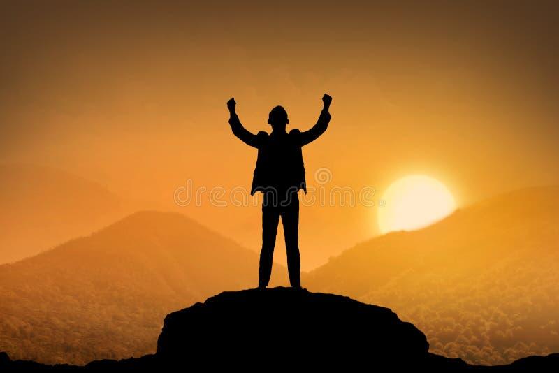Sylwetka biznesowego mężczyzna pozyci wierzchołek góra zdjęcie stock