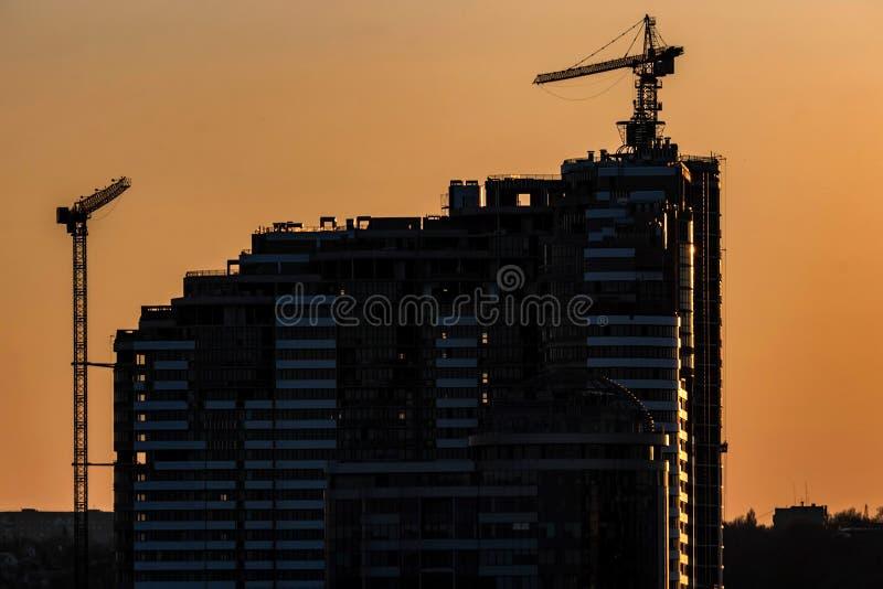 Sylwetka budowa żuraw i nowy budynek obrazy royalty free