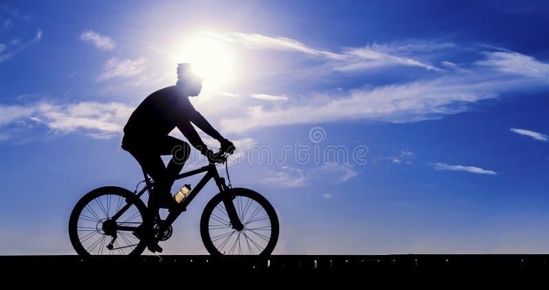 Sylwetka cyklista jazda zdjęcia stock