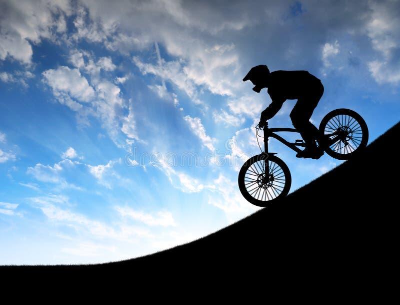 Sylwetka cyklista na zjazdowym rowerze zdjęcia royalty free
