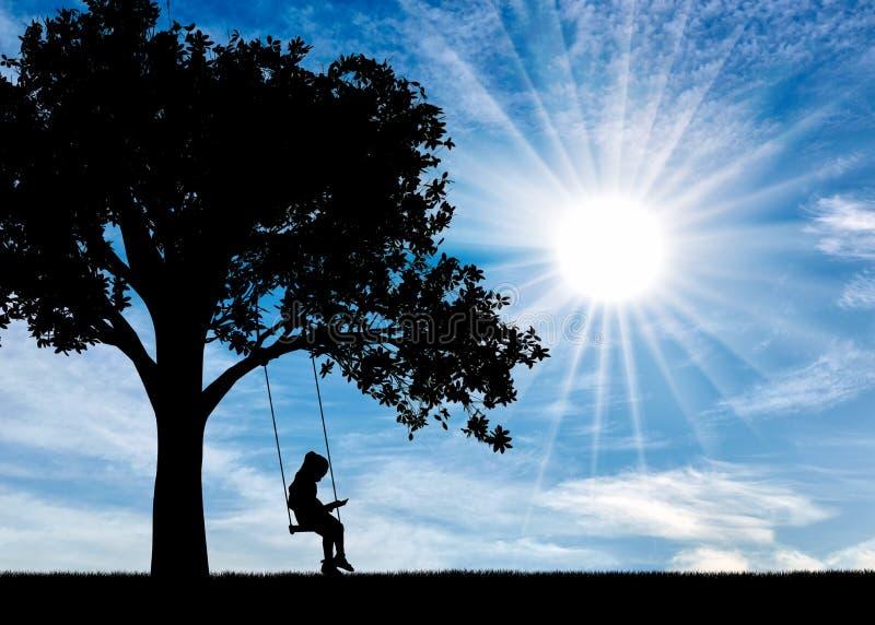 Sylwetka czyta książkowego obsiadanie na huśtawce na słonecznym dniu mała dziewczynka obrazy stock