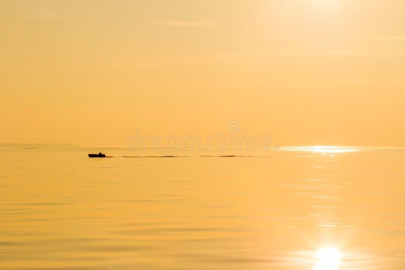 Sylwetka ??d? rybacka w morzu Spokojny pi?kny z?oty zmierzch na morzu t?o ziele? opuszcza? natury klonowego lato mokry zdjęcie royalty free