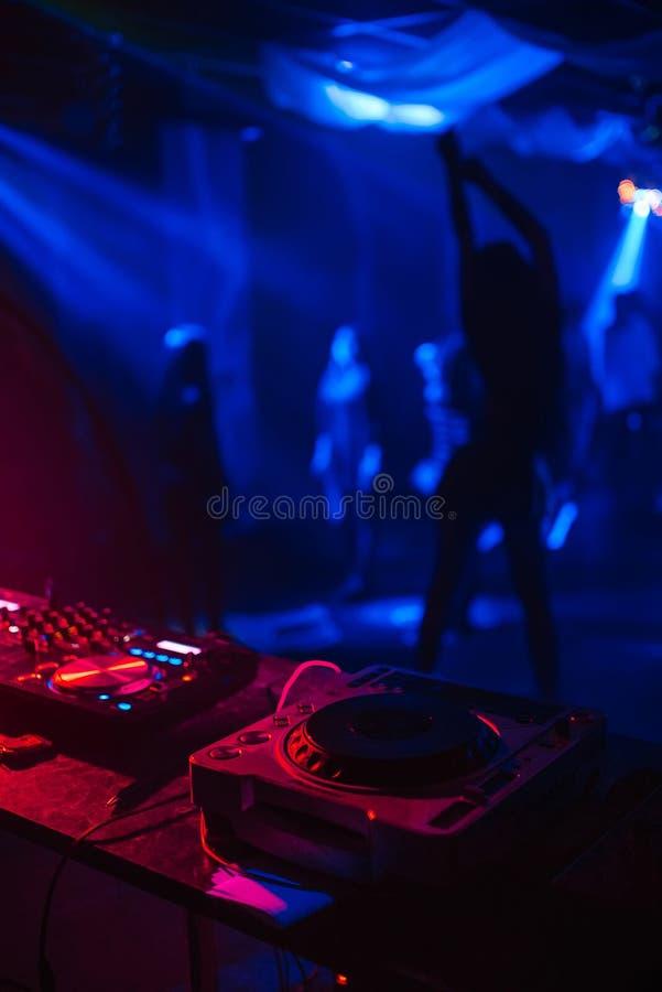 Sylwetka dancingowa Striptease dziewczyna w klubie nocnym z DJ melanżerem i barem obraz royalty free