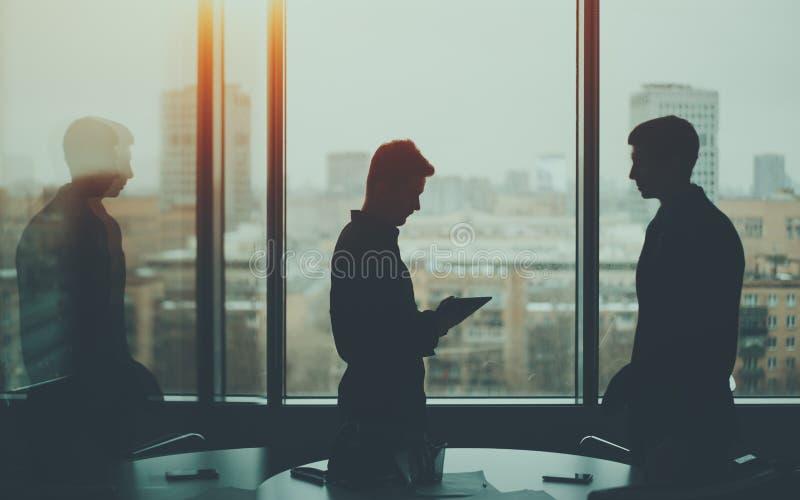 Sylwetka dwa biznesmena w biurowym wnętrzu obrazy royalty free