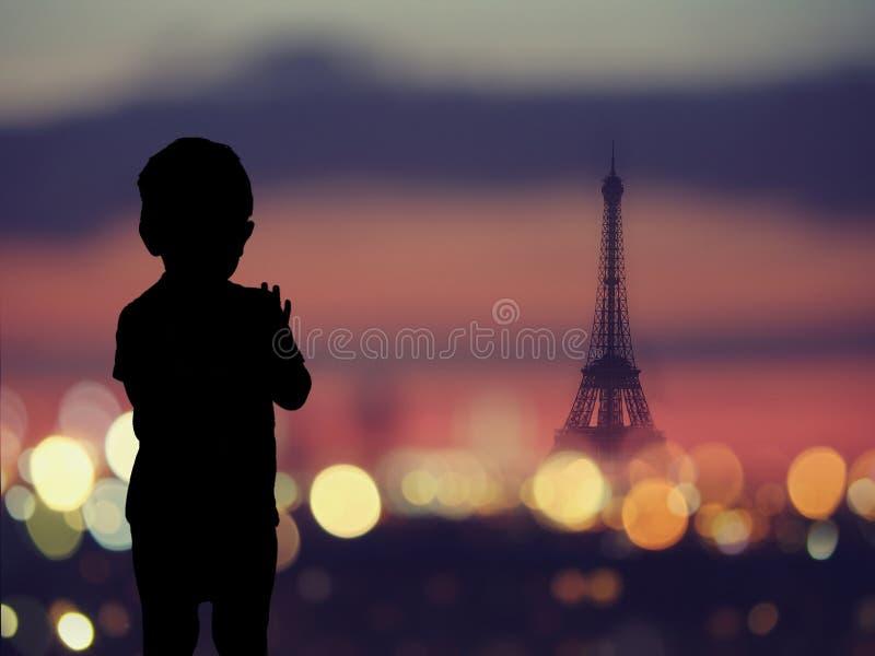 Sylwetka dziecko przy okno z sylwetką wieża eifla przy Paryż fotografia royalty free