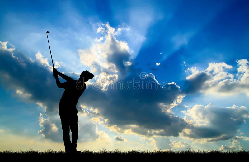 Sylwetka golfista bawić się golfa przy pięknym zmierzchem zdjęcia royalty free