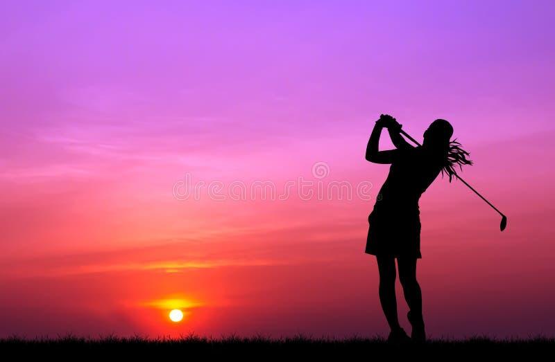 Sylwetka golfista bawić się golfa przy pięknym zmierzchem zdjęcia stock