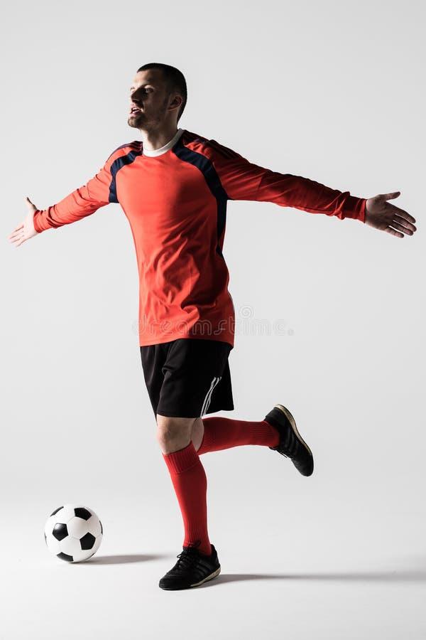 Sylwetka gracza piłki nożnej mężczyzna świętuje bramkowego wynika lub zwycięstwo odizolowywających na białym tle obraz royalty free
