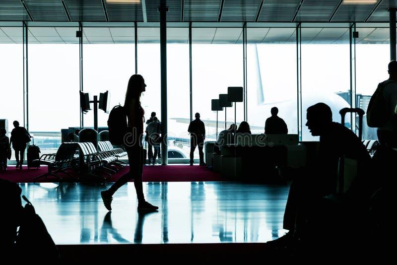 Sylwetka iść w czekanie sala młoda kobieta zdjęcie royalty free