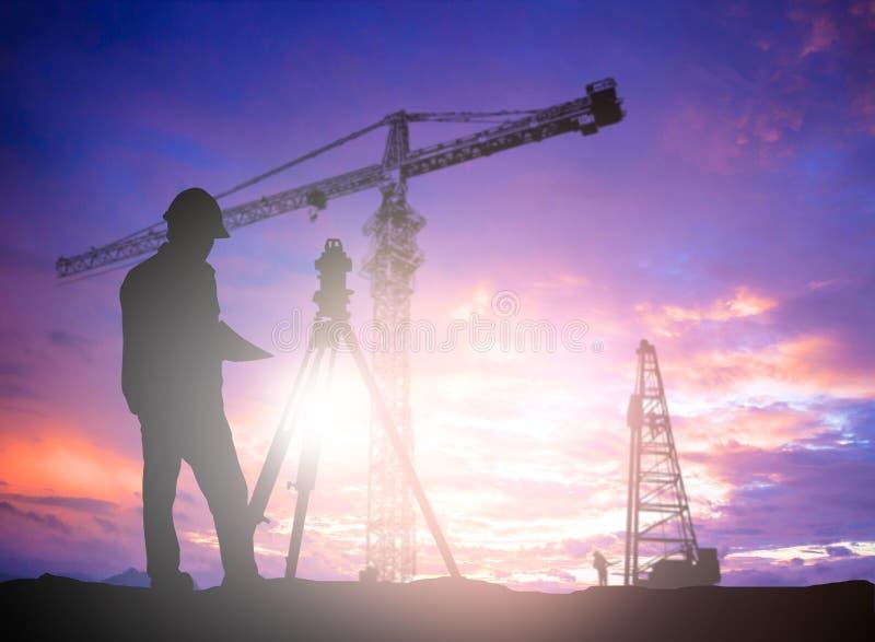 Sylwetka inżyniera przyglądający ładowacze i ciężarówki w budynku siedzą ilustracji