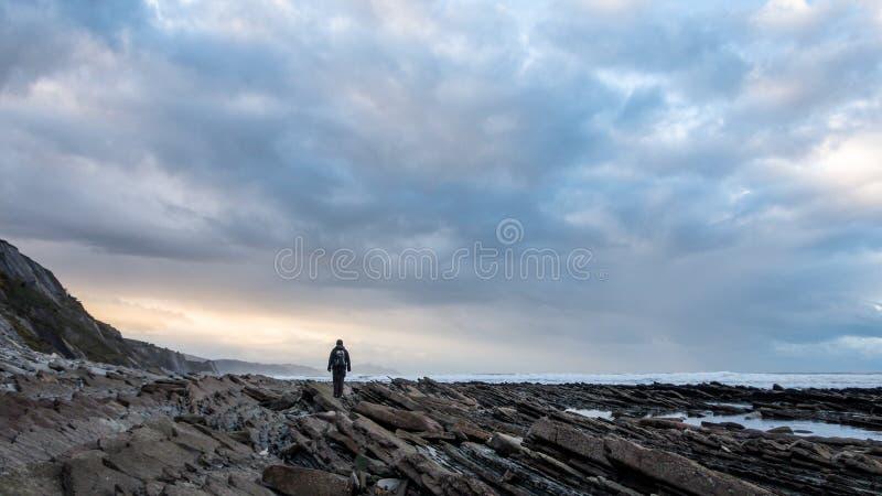 Sylwetka kobiet na skalistej wybrzeżu baskijskiego obrazy stock
