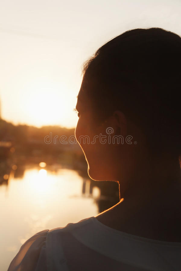 Sylwetka kobiety twarz przy zmierzchem obrazy stock