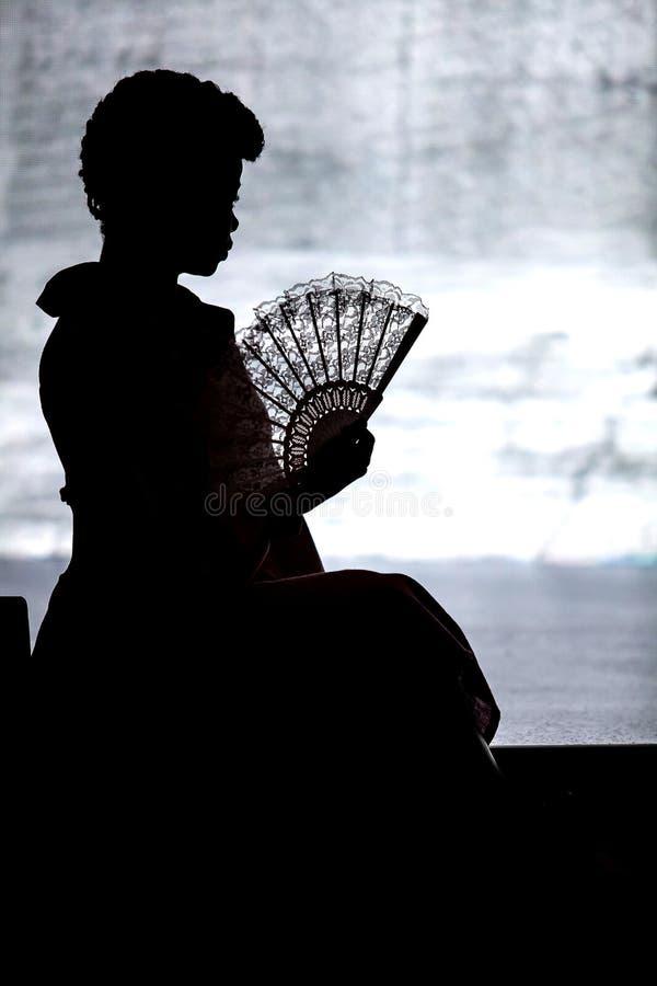 Sylwetka kobiety z fan obrazy stock
