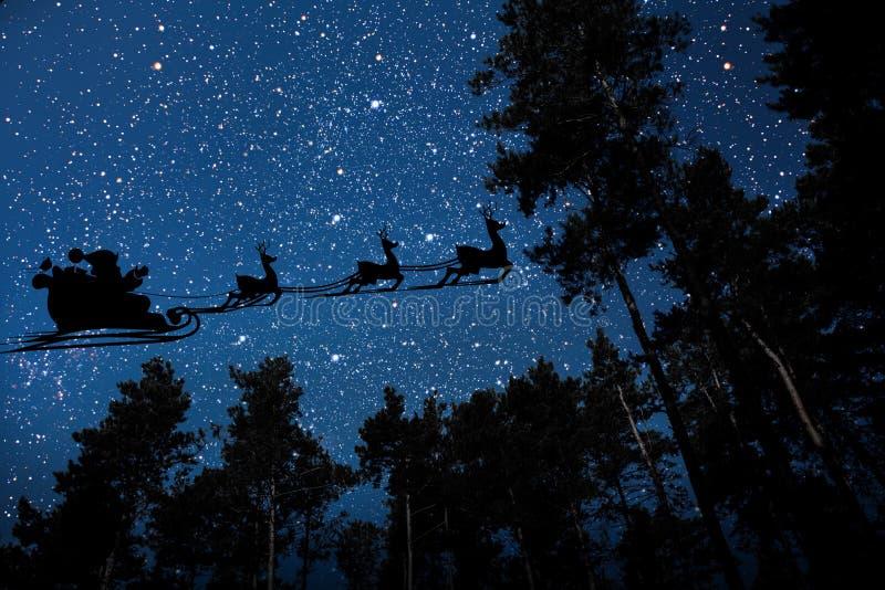 Sylwetka latający goth Santa Claus przeciw tłu nocne niebo obraz stock