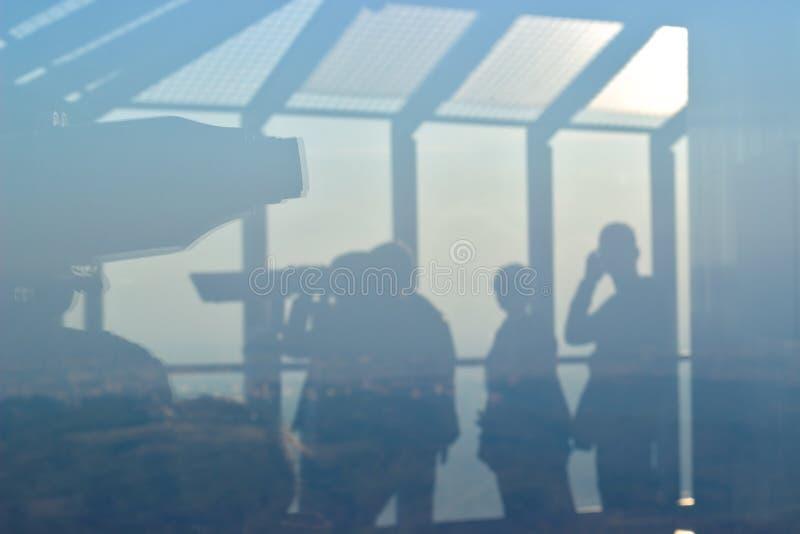 Sylwetka ludzie ogląda przez teleskopu na obserwacji wierza zdjęcia royalty free