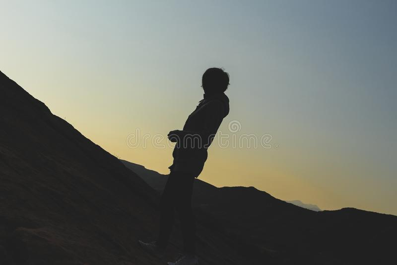 Sylwetka młoda kobieta wycieczkuje na wzgórzu zdjęcie stock