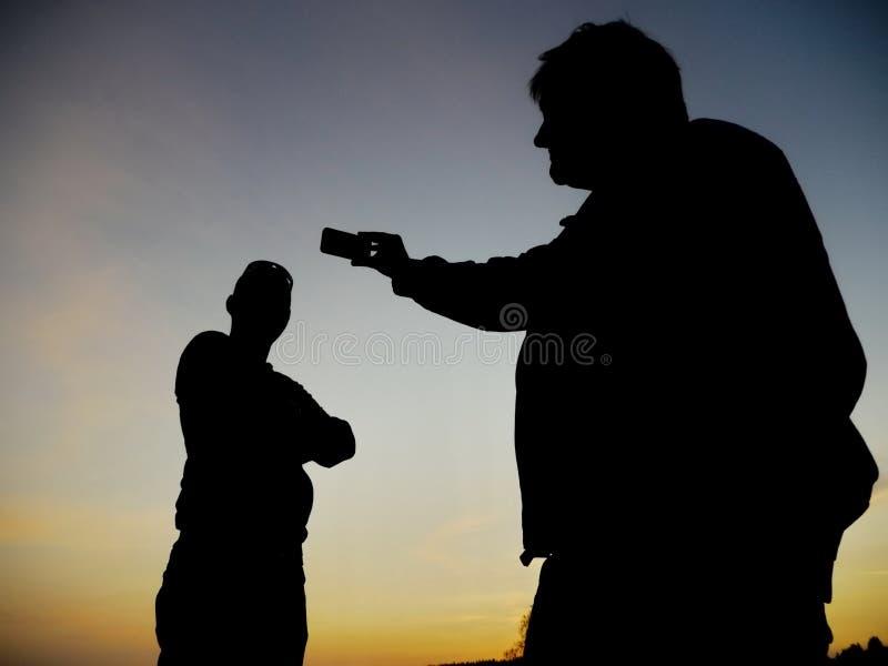 Sylwetka mężczyzna fotografować zdjęcia stock